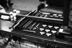 O local de trabalho do barbeiro Ferramentas para um penteado Imagem preto e branco imagem de stock