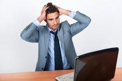 O local de trabalhodo homem de negócios de resolve o problema Imagem de Stock