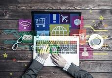 O local de trabalho do negócio com o portátil na fêmea entrega o dispositivo e os meios Imagem de Stock Royalty Free