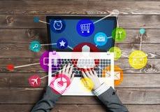 O local de trabalho do negócio com o portátil na fêmea entrega a interface de utilizador do dispositivo e dos meios Foto de Stock Royalty Free