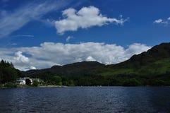 O Loch ganha com opinião da costa em St. Fillans Fotografia de Stock