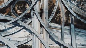 O lockdown da vista superior disparou do tráfego que move-se com o intercâmbio nivelado múltiplo complexo incrível da estrada em  vídeos de arquivo