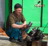 O Locksmith lava o motor de automóveis antes da desmontagem foto de stock royalty free