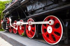 O locomotiva-monumento L-3291 Locomotiva poderosa, bonita do russo Roda o close-up Motor de vapor fotos de stock royalty free