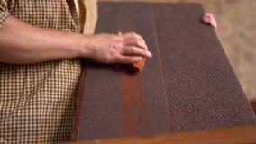 O log de madeira do navio grinded pelo carpinteiro closeup vídeos de arquivo
