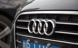 O logotipo de Audi na parte dianteira do carro Imagens de Stock Royalty Free