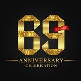69.o logotipo de la celebración de los años del aniversario Número del oro de la cinta del logotipo y cinta roja en fondo negro Ilustración del Vector