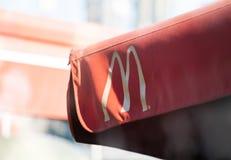 O logotipo de McDonalds e de McCafe assina no shopfront É a corrente a maior do ` s do mundo do fá do Hamburger fotos de stock