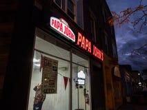O logotipo de Papa John na frente de seu fast food local em Toronto, Ontário fotografia de stock royalty free
