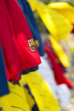 O logotipo do FC Barcelona no t-shirt vermelho com coloriu outras telas fotos de stock