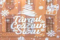O logotipo do mercado 2017 do Natal em Sibiu projetou-se em um buildi Imagens de Stock