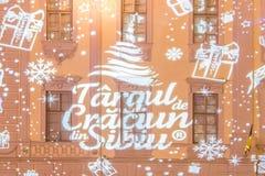 O logotipo do mercado 2017 do Natal em Sibiu projetou-se em um buildi Imagem de Stock Royalty Free