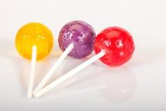 O lolly colorido estala no branco fotos de stock royalty free