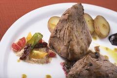 O lombinho com molho de pimenta, as batatas caçadas e dois o puré vegetal diferente 13close levantam o tiro Foto de Stock