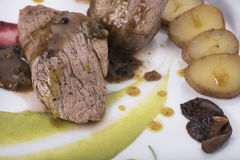 O lombinho com molho de pimenta, as batatas caçadas e dois o puré vegetal diferente 16close levantam o tiro Fotografia de Stock