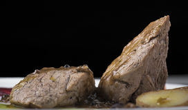 O lombinho com molho de pimenta, as batatas caçadas e dois o puré vegetal diferente 17close levantam o tiro Imagens de Stock Royalty Free