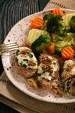 O lombinho de carne de porco cozeu com queijo azul e os vegetais cozidos Fotografia de Stock Royalty Free