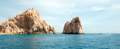 O Los Arcos/arco em terras termina como considerado do Oceano Pacífico em Cabo San Lucas em Baja California México imagem de stock royalty free