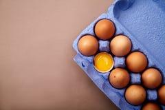 O loseup do ¡ de Ð disparou com dúzias de ovos da galinha no recipiente violeta colorido do cartão Fotos de Stock Royalty Free
