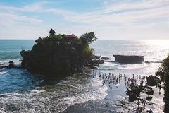 O lote de Tanah é uma formação de rocha fora do console indonésio de Bali Foto de Stock