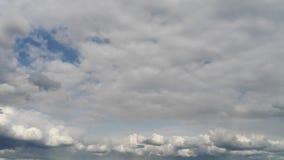 O lote do branco nubla-se o céu azul de tampa completa no dia ensolarado Lapso de tempo video estoque