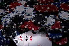 o lote do dinheiro do jogo nos cartões encontra-se com os quatro bons cartões Fotografia de Stock