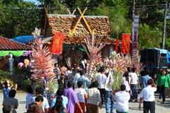 O lote dos povos e o aldeão perto dos phrae do pa do kad do wat (templo no penhasco) doam o dinheiro para a igreja da construção Fotos de Stock