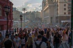 O lote dos turistas visita o centro de cidade de Moscou no verão do tempo do dia Fotografia de Stock