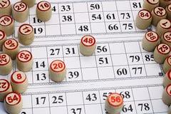 O loto do jogo de mesa, cartões com números para o jogo, barris está nos cartões durante o jogo, fotografia de stock