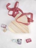 O loukoum com um coração deu forma à caixa de presente e à fita Fotos de Stock Royalty Free