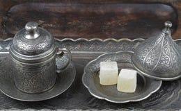 O loukoum no estilo tradicional do otomano cinzelado modelou a placa de metal e o copo de café imagem de stock