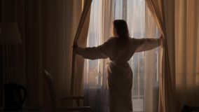 O louro abre as cortinas