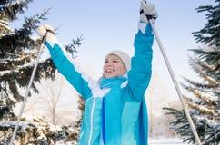 O louro de sorriso atrativo aprecia uma caminhada do esqui na floresta do inverno foto de stock