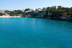 O louro e a cidade de Porto Cristo encalham, Majorca, Spain Imagens de Stock