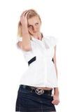 O louro encantador alegre em uma camisa branca Imagem de Stock
