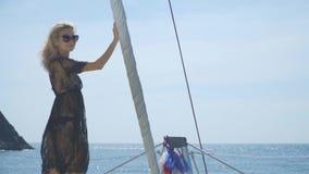 O louro está na curva do navio e olha o mar vídeos de arquivo