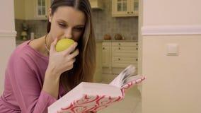O louro novo come a maçã e lê o livro video estoque