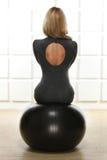 O louro 'sexy' bonito com a figura magro atlética perfeita contratada na ioga, no exercício ou na aptidão, conduz um estilo de vi Imagens de Stock Royalty Free