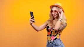 O louro 'sexy' lindo bonito toma um selfie filme