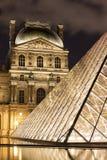 O Louvre de Paris em França na noite Fotos de Stock