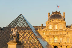 O Louvre, pirâmide, Pavillon macula e a estátua II de Louis XIV em Paris, França Fotografia de Stock