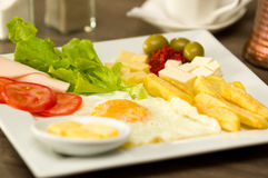 O luch mediterrâneo fresco delicioso com ovo, alface, tomate do presunto, cheesse, fritou azeitonas da batata e dos somes em um d Foto de Stock