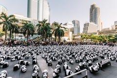 O lugar de muitas esculturas da panda no assoalho é uma exposição de arte com audiências e os visitantes tomam fotos em Banguecoq foto de stock royalty free