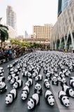 O lugar de muitas esculturas da panda no assoalho é uma exposição de arte com audiências e os visitantes tomam fotos em Banguecoq fotos de stock