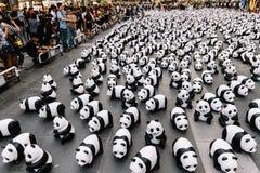 O lugar de muitas esculturas da panda no assoalho é uma exposição de arte com audiências e os visitantes tomam fotos em Banguecoq fotos de stock royalty free