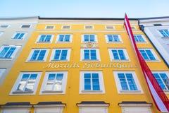 O lugar de nascimento de Wolfgang Amadeus Mozart em Salzburg, Austira em inglês - lugar de nascimento do ` s de Mozart foto de stock