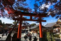 O lugar do santuário de Fushimi Inari para milhares de Senbon Torii de torii bloqueia Kyoto Osaka Japan fotos de stock royalty free