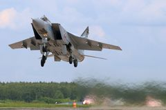 O lutador de jato de Mikoyan Gurevich MiG-31BM RF-92379 decola na base da força aérea de Kubinka Fotografia de Stock