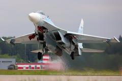 O lutador de jato de Sukhoi Su-27SM RF-92209 da força aérea do russo decola na base da força aérea de Kubinka Fotografia de Stock Royalty Free