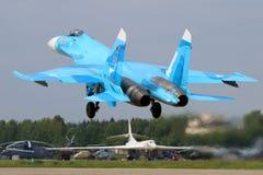 O lutador de jato de Sukhoi Su-27SM RF-92210 da força aérea do russo decola na base da força aérea de Kubinka Imagens de Stock Royalty Free